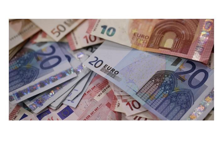 Евро укрепляется к доллару. Манат сохранил свою позицию к доллару