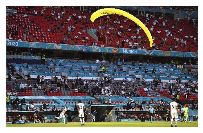 Из-за парашютиста на чемпионате Европы по футболу люди получили травмы ВИДЕО
