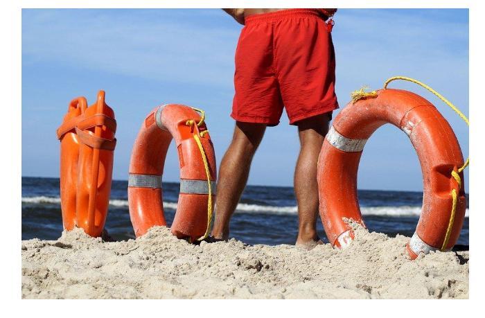Греческий спасатьль дважды помог не утонуть одной и той же туристке